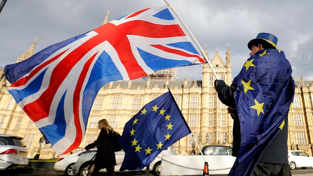 Brittisk flagga och EU-flagga utanför det brittiska parlamentet.