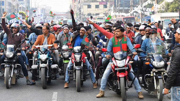Supportrar till regeringspartiet Awami League, tagen i Dhaka 27:e december.