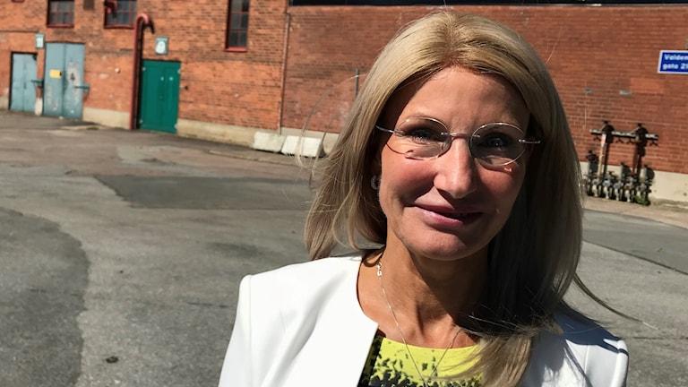 Pia Sandvik, vd RISE, framför den röda tegelbyggnaden där testcentret ska byggas i Göteborg.