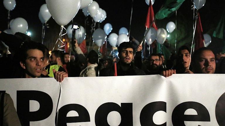 Demonstranter visar sitt stöd för samtalen i Cyperns huvudstad Nicosia.