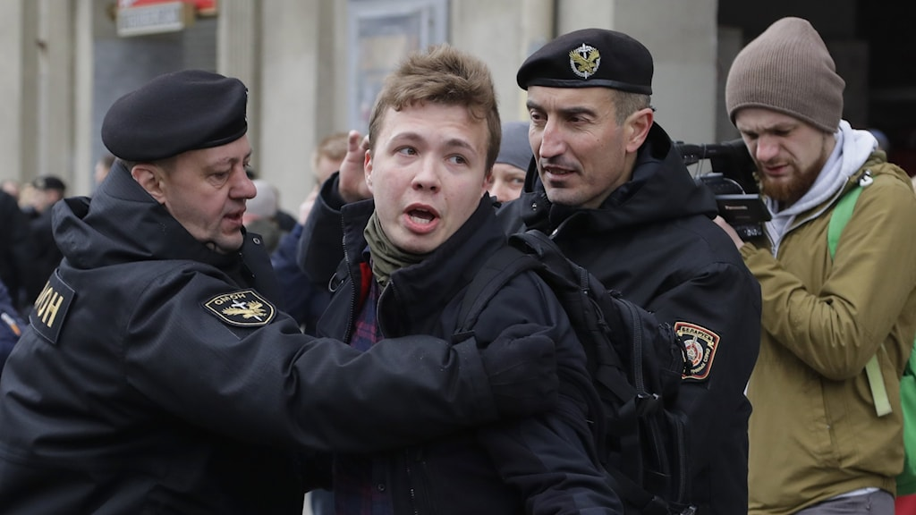 Roman Protasevich grips av polis vid ett tidigare tillfälle.