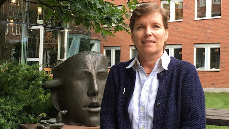 Kvinna framför byggnad