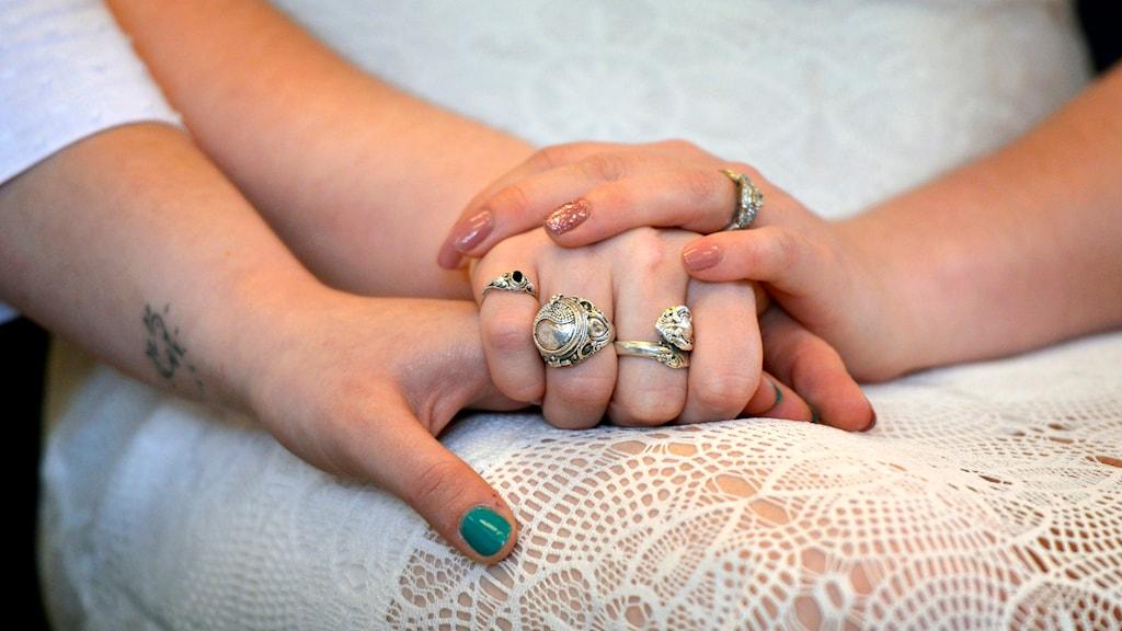 Två personer håller handen. Foto: Dan Marschka / TT