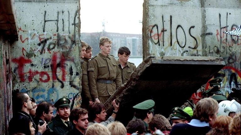 Östtyska gränsvakter syns från den västra sidan av muren under demoleringen den 11 november 1989.