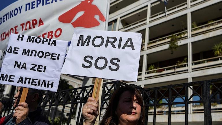 Demonstranter med skyltar.