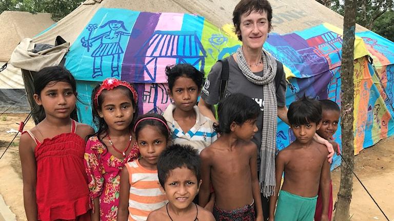Caroline Gluck, som jobbar för Unchr, tillsammans med rohingyer som flytt till Bangladesh.