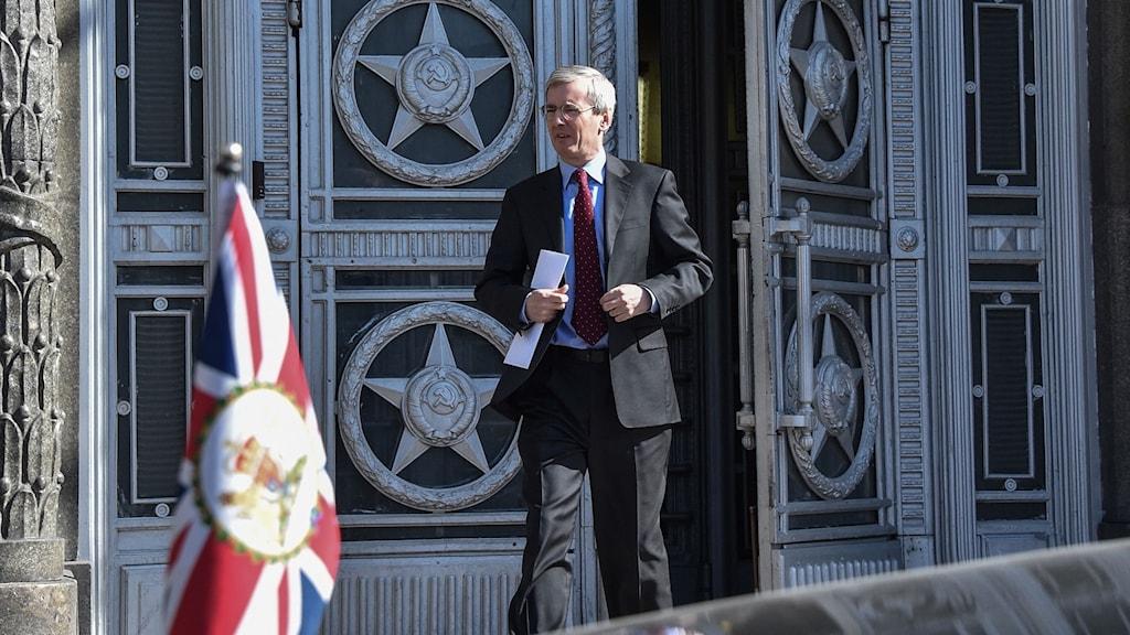 Den brittiska ambassadören lämnar ryska utrikesdepartementet i Moskva