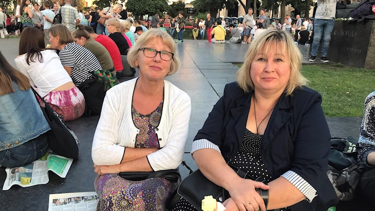 Natalia Kovchuk och väninnan Lesya är överens om att Svyatoslav Vakarchuk är en bra artist, men inte politiker.