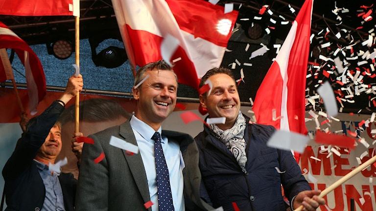 Norbert Hofer (mitten) är kandidat för högerpopulistiska FPÖ och har goda chanser att vinna.