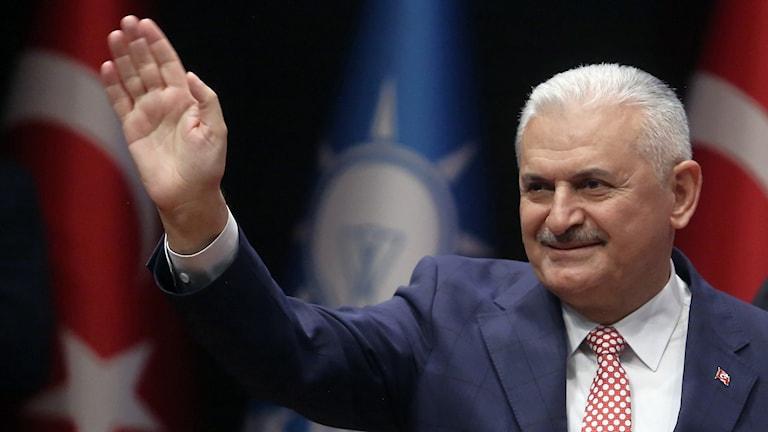Binali Yildirim, ny premiärministern i Turkiet, vinkar.