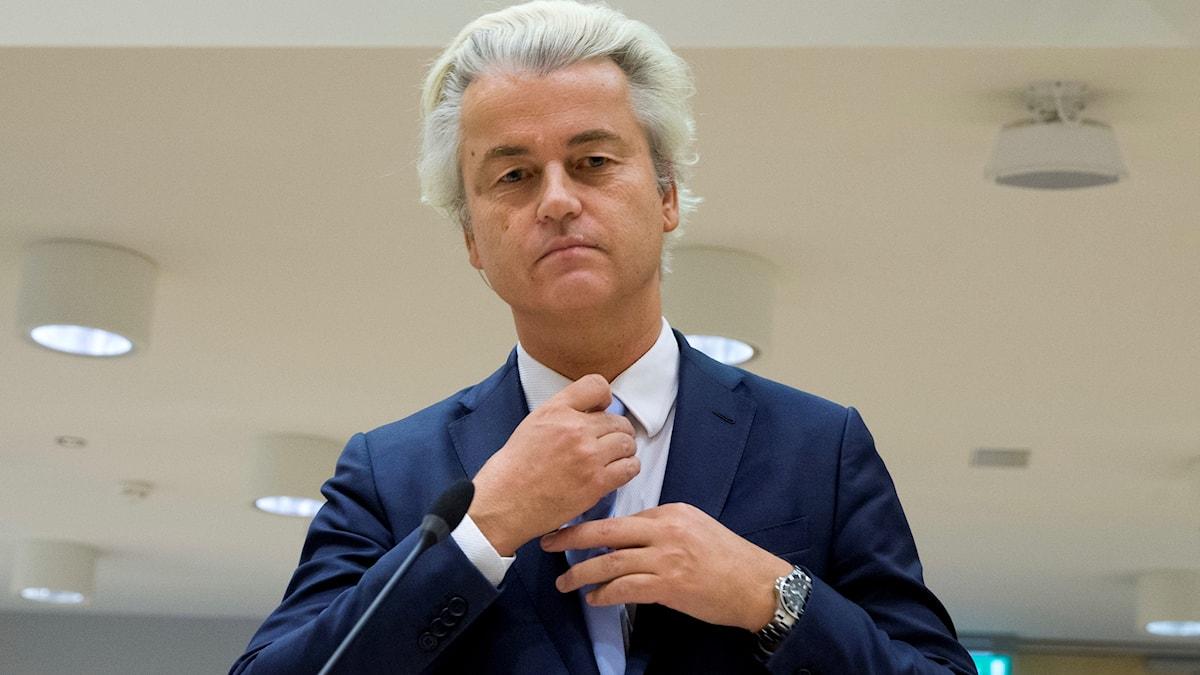 Geert Wilders i domstol rättar till slipsen