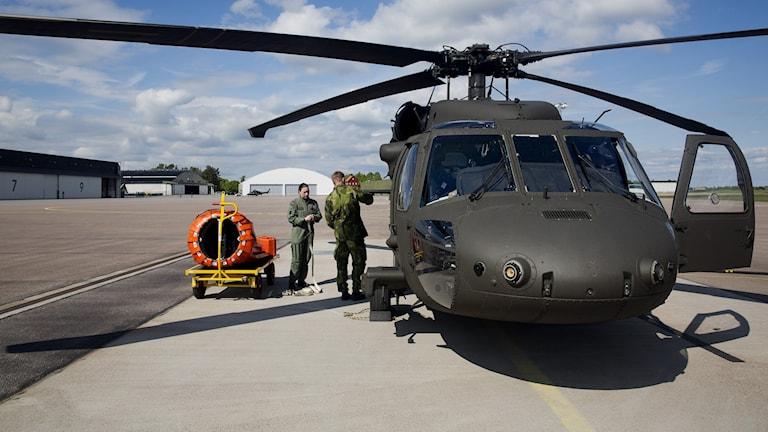 Försvarets helikopter 16, black hawk, på Helikopterflottiljen i Linköping.