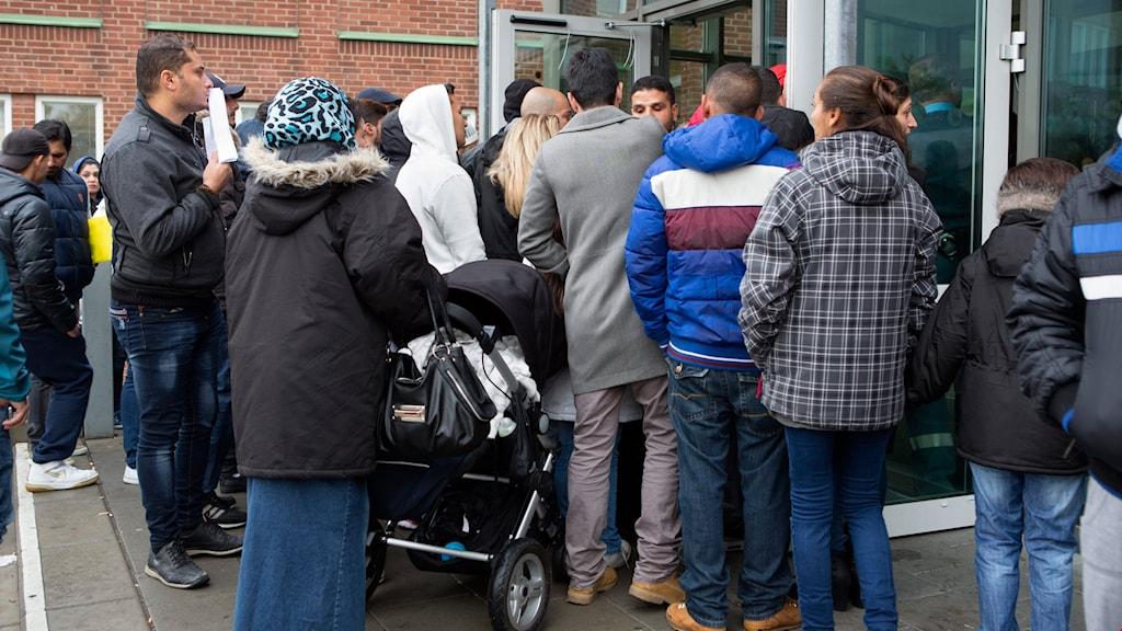 Flyktingar vid Migrationsverkets kundcenter på Agnesfridsvägen i Malmö. Foto: Drago Prvulovic / TT / Kod 70040