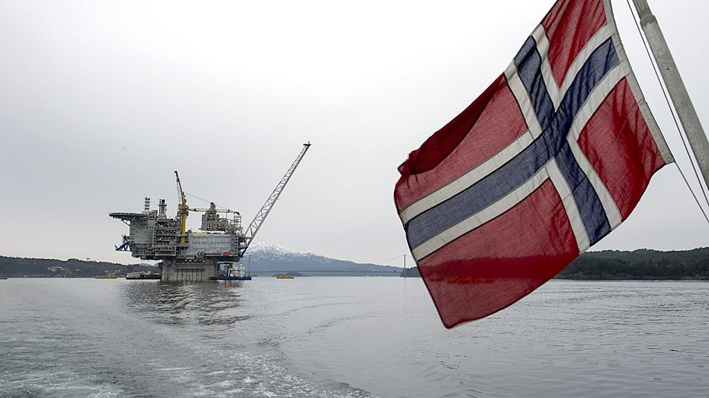 Gasplattform och norsk flagga.