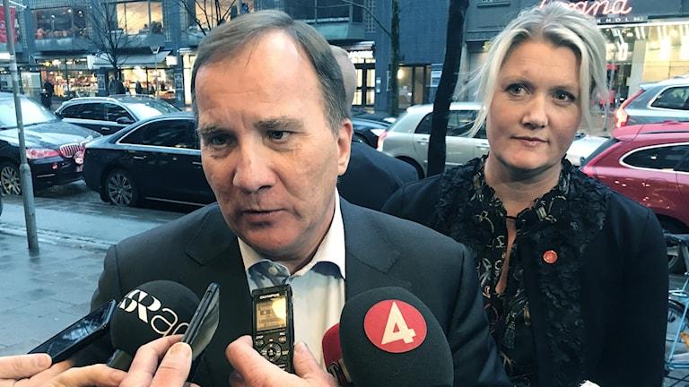 Statsminister Stefan Löfven (S) och Lena Rådsröm Baastad kommenterar hotet om misstroende mot arbetsmarknadsministern och reformen av Arbetsförmedlingen utanför Socialdemokraternas partihögkvarter i Stockholm.