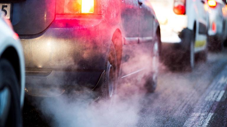 Bild på bilkö med avgaser.