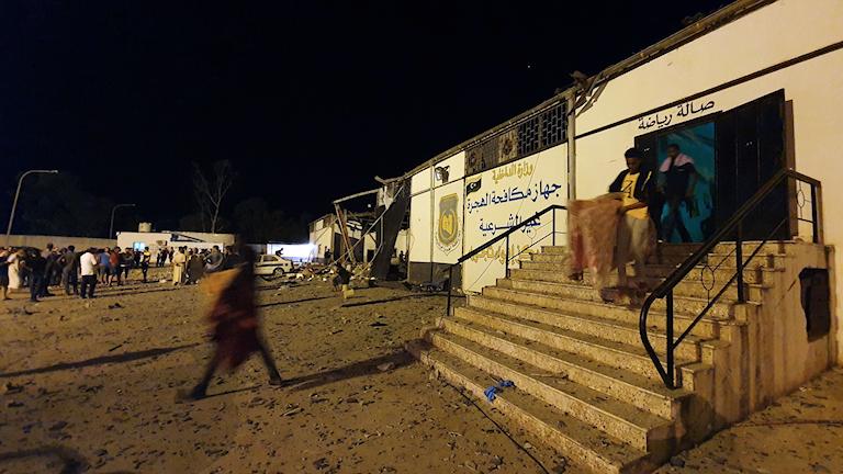 En byggnad i migrantlägret i Libyen där 40 personer dog i nattens flygattack.