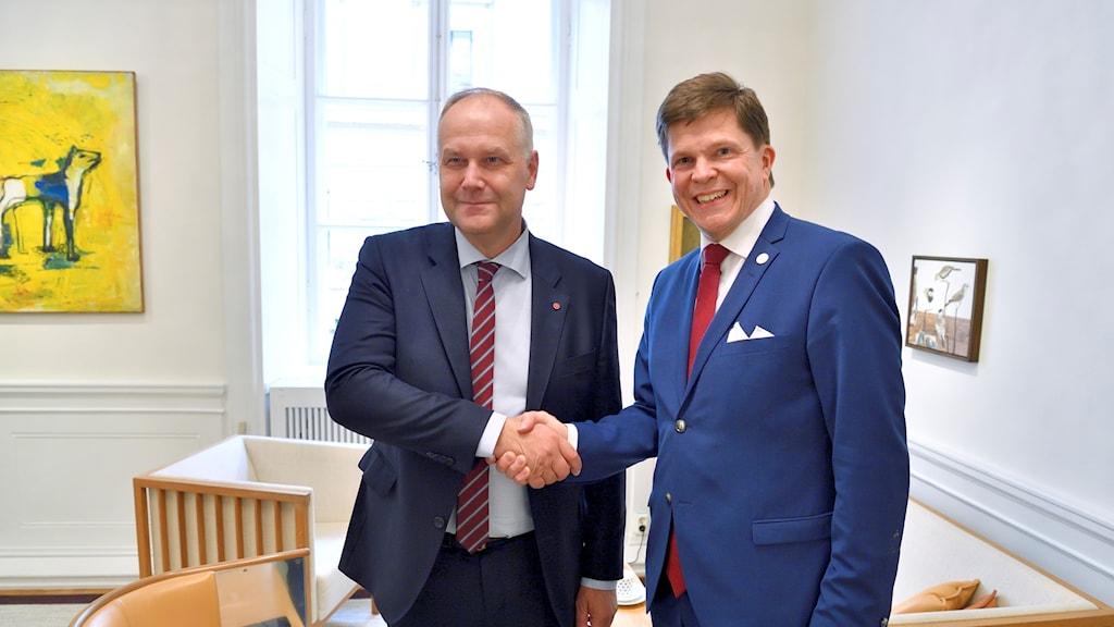 Talman Andreas Norlén tar emot Vänsterpartiets partiledare Jonas Sjöstedt (V) i riksdagen.