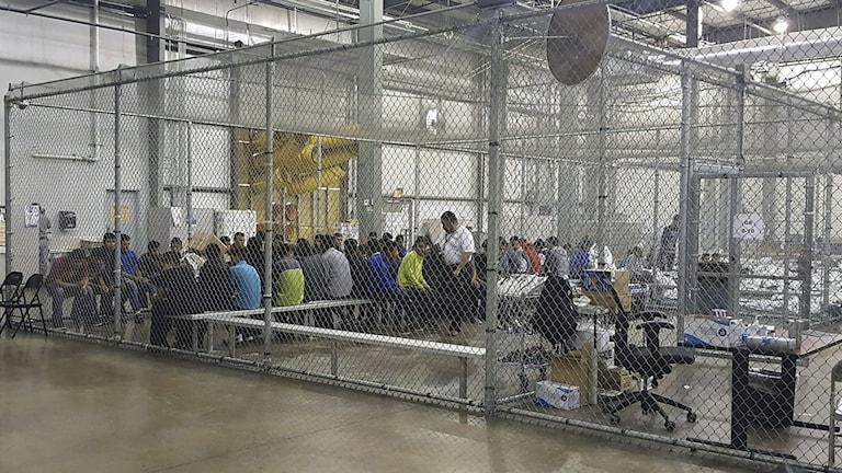 Människor sitter inne i burar