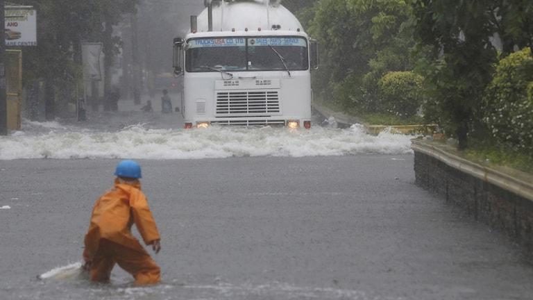 En översvämmad gata i Mandaluyong, öster om Manila i Filippinerna.
