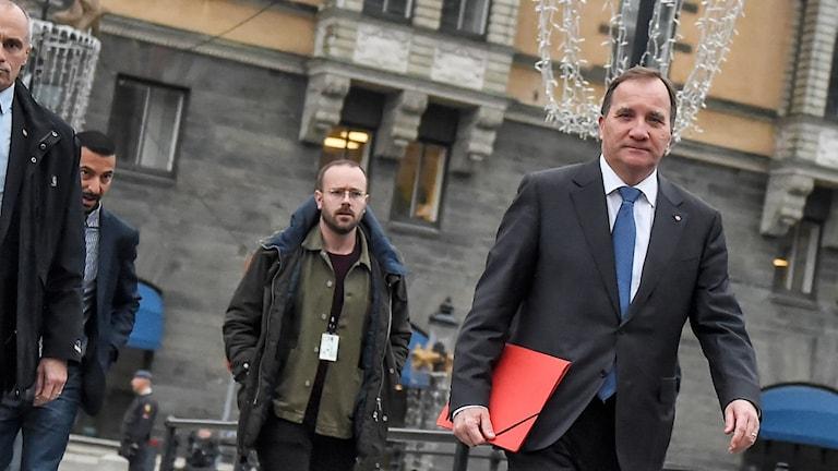 Stefan Löfven på väg till gruppmöte med Socialdemokraterna.