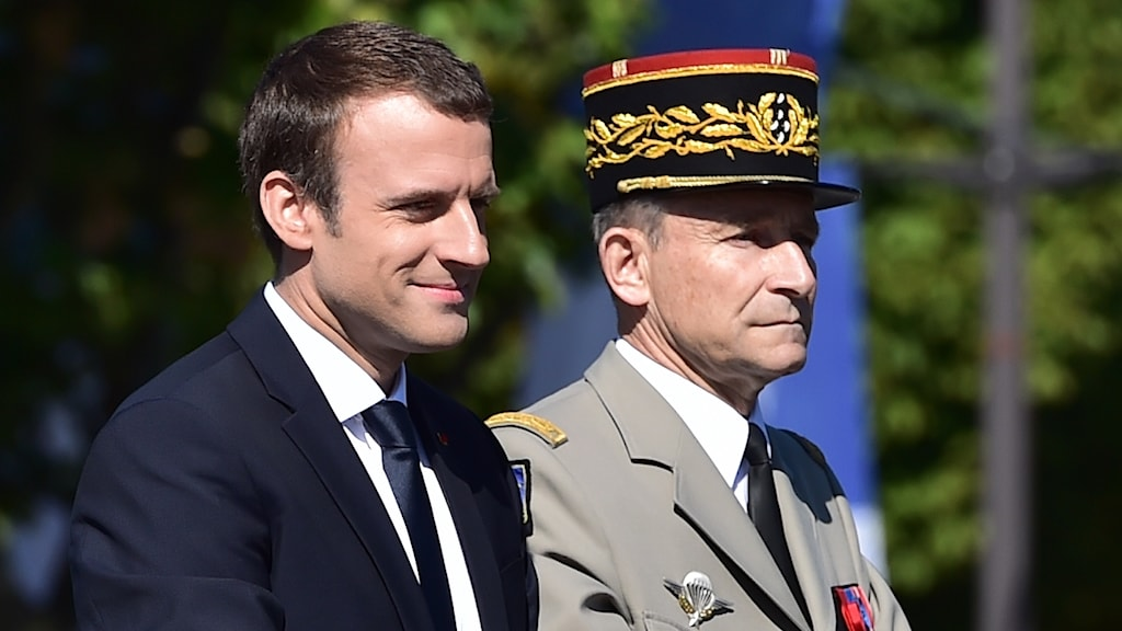 En man i kostym och en i arméuniform.