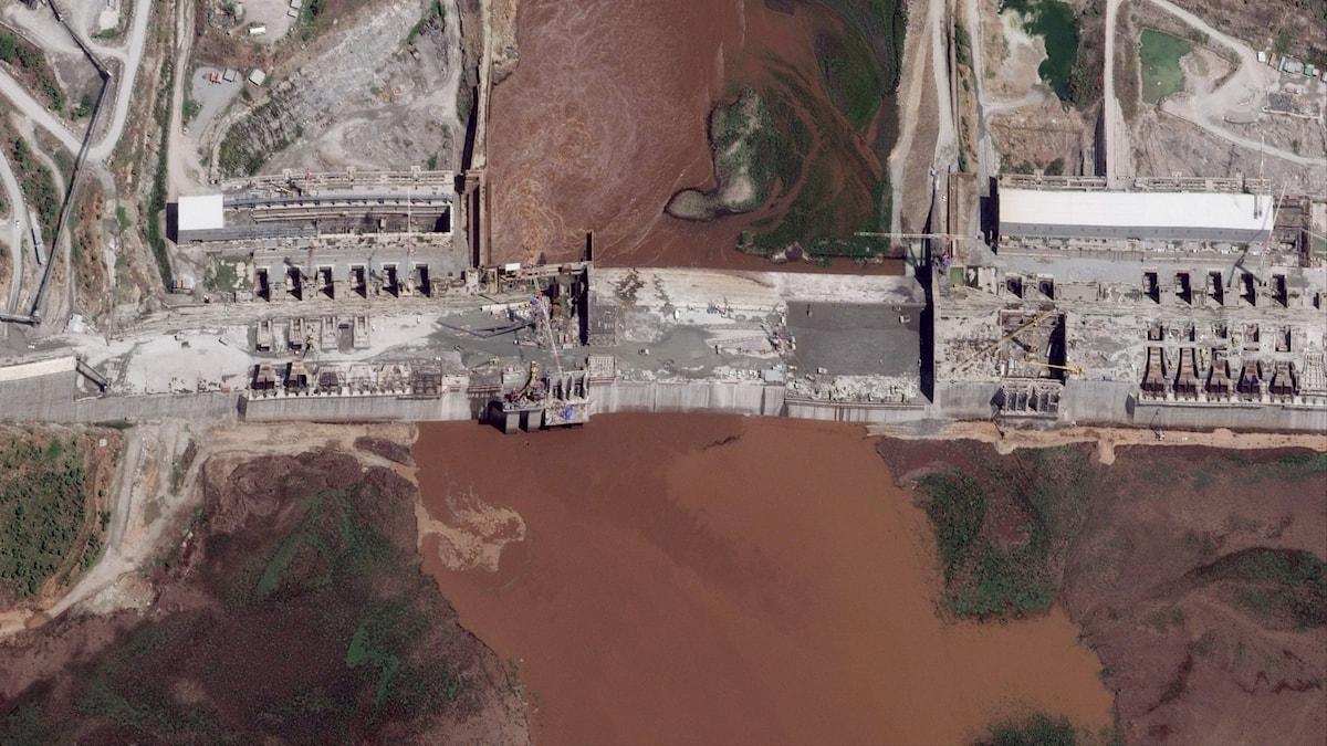 Flygfoto på Afrikas största vattenkraftsdamm.