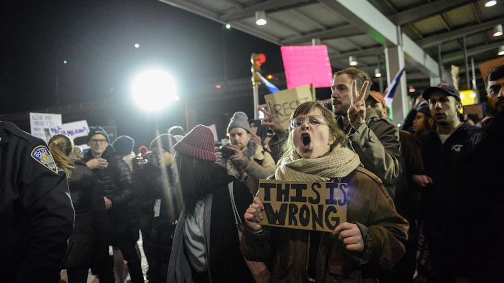 """Kvinna ropar """"This is wrong"""" vid JFK-flygplatsen i New York."""