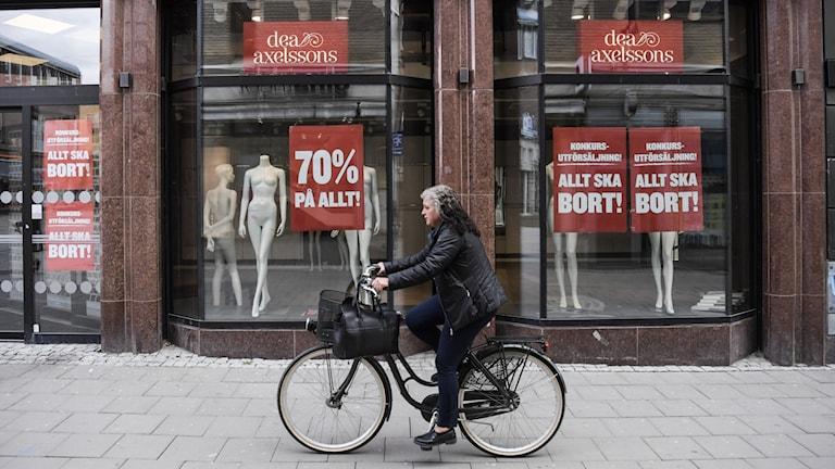 Skyltfönster med anslag om konkursutförsäljning
