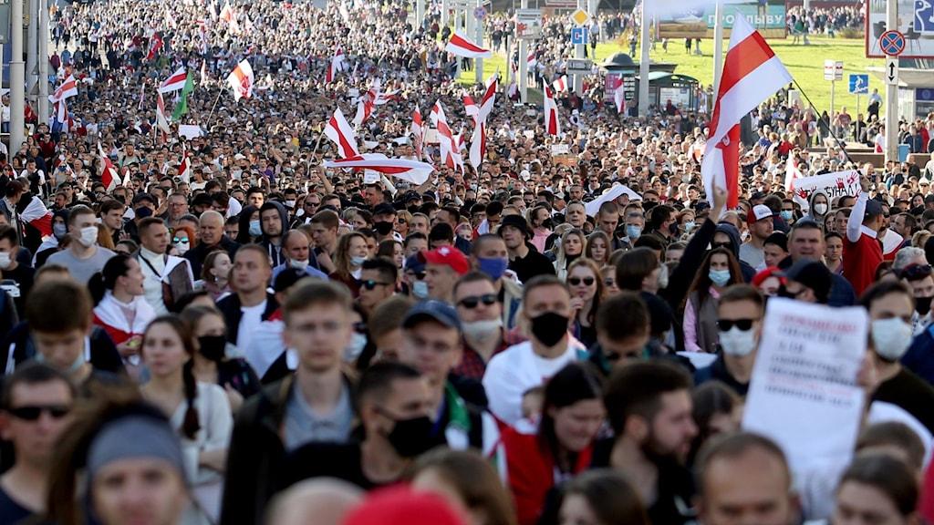 Demonstranter tågar genom Minsk på söndagen.