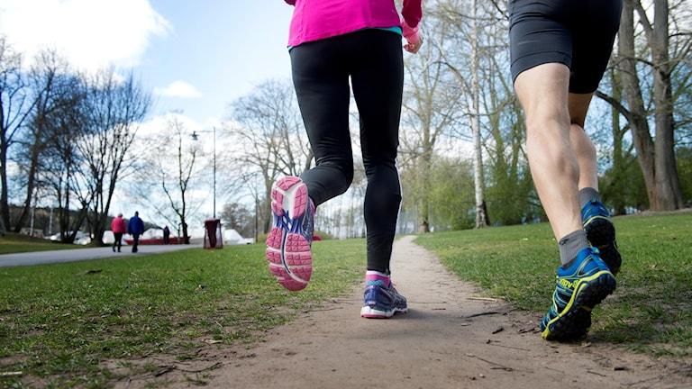 På fotot syns två personer som springer.