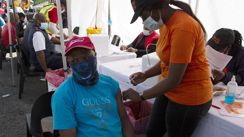 Man vaccineras i Sydafrika.