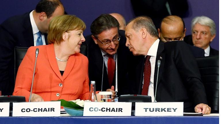 Tysklands förbundskansler Angela Merkel bredvid Turkiets president Recep Tayyip Erdogan och hans tolk på mötet.