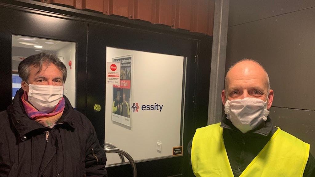Dragorad Vasic, fabrikschef och Christian Almberg, utvecklingschef vid Essitys fabrik i Mölnlycke.