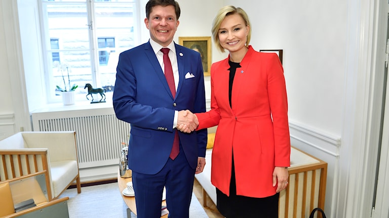 Talman Andreas Norlén tar emot Kristdemokraternas partiledare Ebba Busch Thor (KD) talmannes rum i riksdagen.