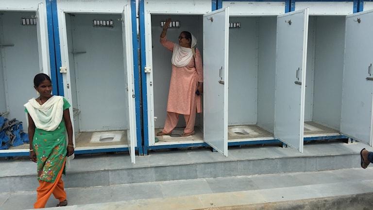 Jaswinder och Fatima visar Jai Hinds camps toaletter som är utan el och avstängda.
