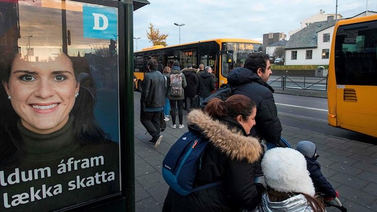 Busshållplats med människor och bussar