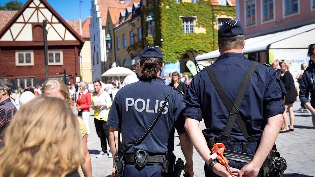Poliser under Almedalsveckan.