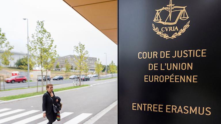 Kvinna utanför EU-domstolen