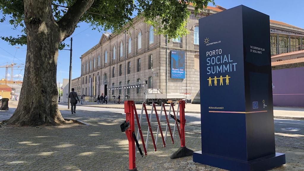 En stor skylt med texten Porto social summit.