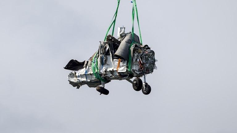 Bärgning av vrakdelar från flygplanet i den flygolycka där nio personer omkom.
