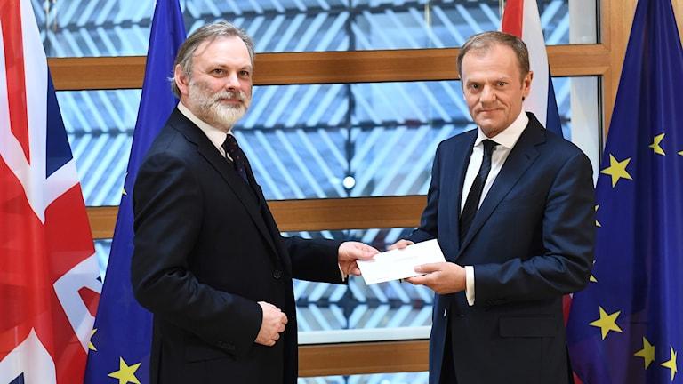 Brevet som startar utträdet ur EU överlämnas.