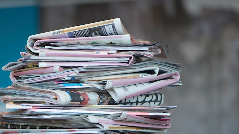 En hög av papperstidningar