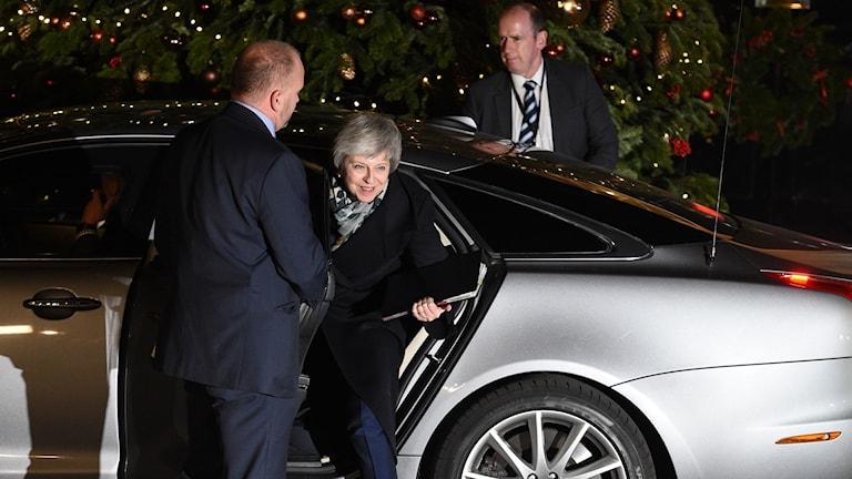 Theresa May går ur sin jaguar