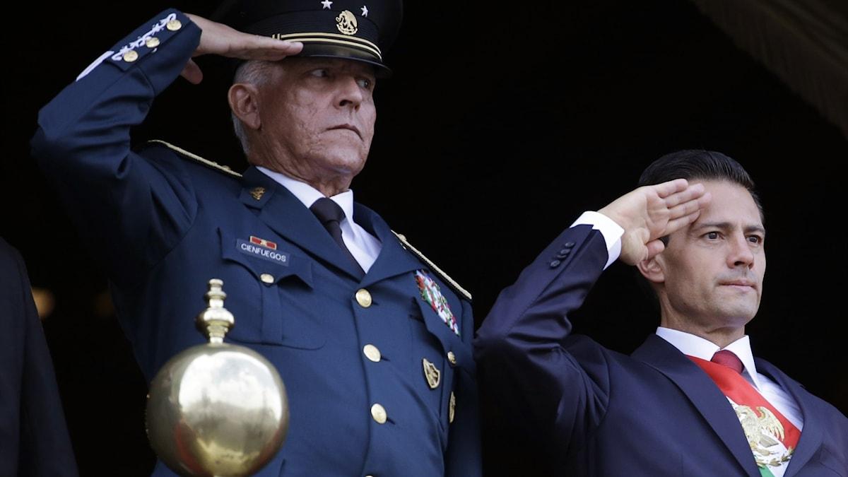 Salvador Cienfuegos tillsammans med Mexikos tidigare president Enrique Peña Nieto.