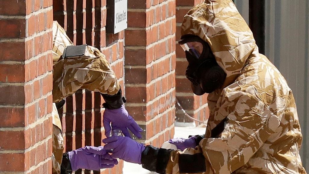 Ett specialteam undersöker en byggnad i Salisbury.
