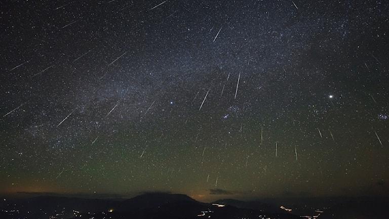 """""""Stjärnfall"""" från meteorsvärmen Geminiderna i december 2012."""