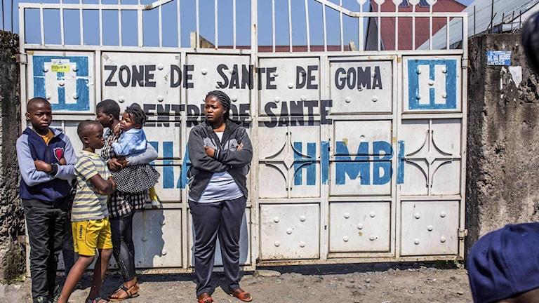 Människor utanför ett hälsocenter i Goma, i väntan på att få ebolavaccin.
