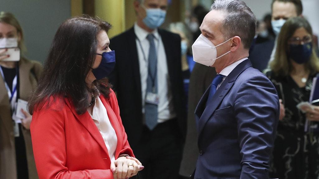 Man och kvinna i munskydd