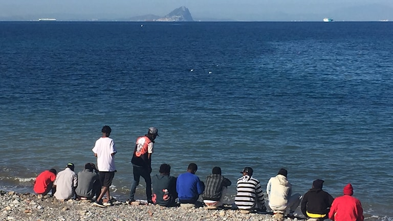 Afrikaner i Ceuta med Gibraltarklippan framför sig.